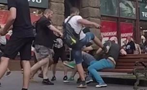 זוג הומואים הותקפו על ידי נאו-נאצים בקייב (צילום: יוטיוב  ,יוטיוב)