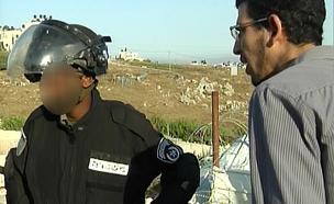 תיעוד: מתנחלים משפילים שוטרים בבית אל (צילום: חדשות 2)