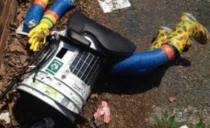 הרובוט הטרמפיסט Hitchbot לאחר שהושחת (צילום: Lauren O'Neil, Twitter ,טוויטר)
