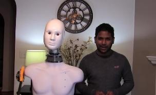 רובוט מזמין בדרייב-אין (צילום: Magic of Rahat, YouTub ,יוטיוב)