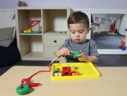 ילד משחק בצעצועים