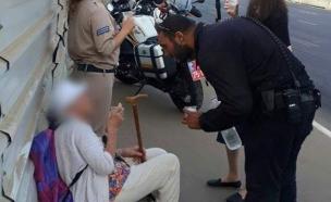 שוטר מסייע לקשישה ברחוב (צילום: דוברות המשטרה ,דוברות המשטרה)