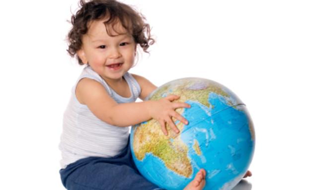 תינוק מחזיק גלובוס(istockphoto)