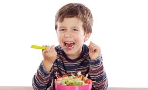 ילד אוכל סלט (צילום: istockphoto)