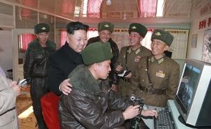 קים ג'ונג און, מחשב (צילום: רויטרס)