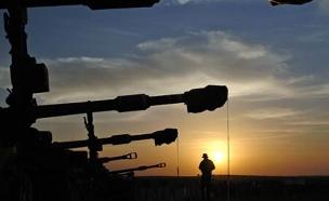 טנקים בלילה ליד עזה (צילום: רויטרס)