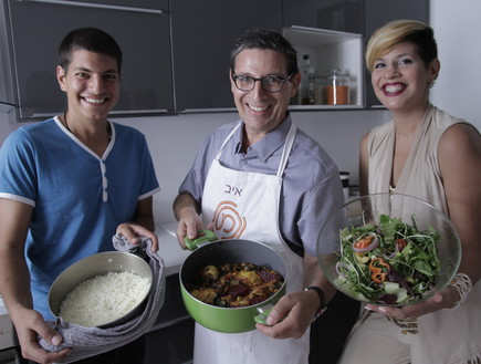 איב ענן מבשל במטבח עם המאסטרים (צילום: אלעד דבי)