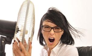 למה טוב שנגמר החופש מישהי מחבקת מאוורר (צילום: shutterstock ,מעריב לנוער)