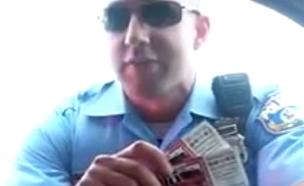 צפו בהצעה המקוממת של השוטר (צילום: יוטיוב)
