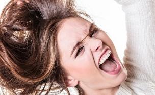 נערה משתגעת מושכת בשיער (צילום: shutterstock ,מעריב לנוער)