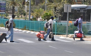 ניידת שיטור עירוני בכניסה לערד, היום (צילום: בן שיף, עיתון הצבי ערד)