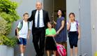 בנט ומשפחתו בבית הספר, היום (צילום: ששון תירם)