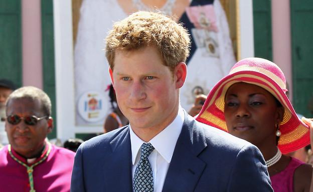 הנסיך הארי עם תמונה של המלכה צילום גטי (צילום: getty images ,getty images)