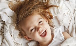 ילדה במיטה לא ישנה (צילום: thinkstock ,thinkstock)
