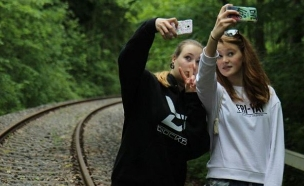 צעירות גרמניות מצלמות סלפי על פסי רכבת (צילום: mypopgasm, Instagram)