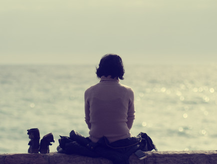אישה בודדה על חוף ים  (צילום: thinkstock)