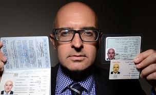 כתב האתר והמסמכים המזויפים בידיו (צילום: Mark Large, Daily Mail)