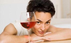 אישה מסתכלת על כוס יין2 (צילום: אימג'בנק / Thinkstock)