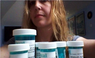 אישה עם תרופות (צילום: צילום ביתי)