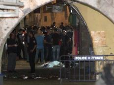 """""""חיות אדם"""". זירת הפיגוע בירושלים (צילום: יונתן סינדל, פלאש 90)"""