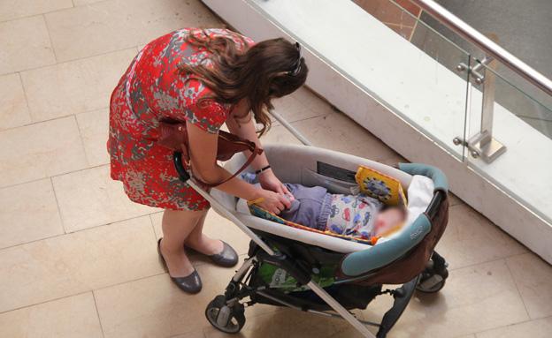 אישה , עגלת תינוק עם תינוק (צילום: חדשות 2)