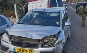 הרכב שהותקף באבנים (צילום: שלומי ורמשטיין)