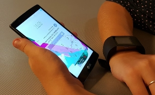 Fitbit Surge ו-LG G4 נעול (צילום: יאיר מור ,NEXTER)