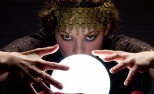 מגדת עתידות עם כדור בדולח (צילום: istockphoto ,iStock)