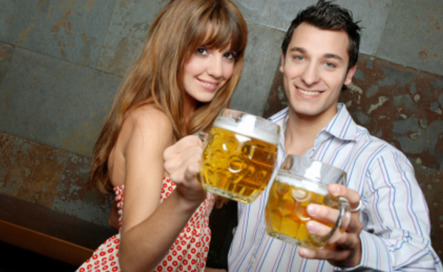 גבר ואישה שותים בירה (צילום: istockphoto)