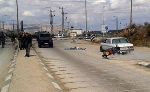 אחד המחבלים שרוע על הקרקע לאחר שחוסל (צילום: דוברות איחוד הצלה שומרון)