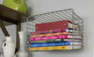 תליית סלסלות לאחסון ספרים (צילום: rainonatinroof.com)