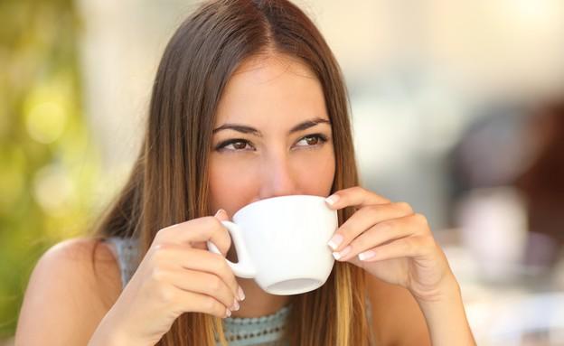 אישה שותה קפה (צילום: אימג'בנק / Thinkstock)