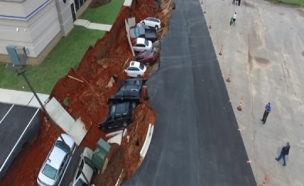 צפו: כך נראה מגרש חנייה שקרס במיסיסיפי