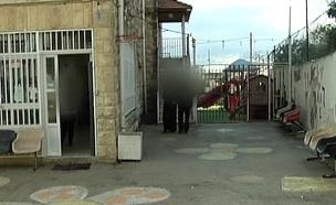 """ביקור בביה""""ס ממנו יצאו המחבלים (צילום: חדשות 2)"""