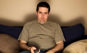 גבר יושב על הספה (צילום: istockphoto ,istockphoto)