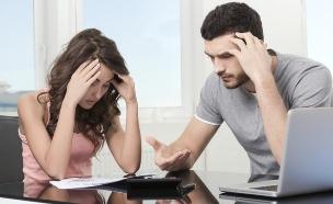 זוג מיואש מסתכל על חשבונות (אילוסטרציה: thinkstock)