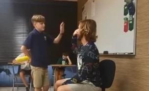 מורה משבח את התלמידים (צילום: יוטיוב  ,יוטיוב)