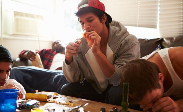 בני נוער עושים סמים (אילוסטרציה: shutterstock ,מעריב לנוער)