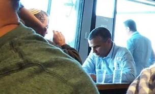 ינון מגל במסעדה היום (צילום: טל שניידר, הפלוג)