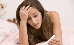 בדיקת הריון חיובית (אילוסטרציה: shutterstock ,מעריב לנוער)