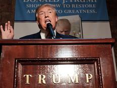 """דונלד טראמפ משיק את ספרו: """"אמריקה הנכה"""", נובמבר 2015 (צילום: getty images)"""