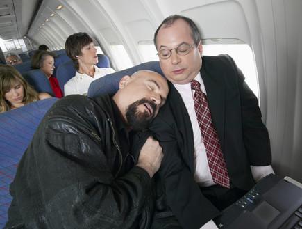 איש נרדם במטוס על כתף של נוסע אחר (צילום: אימג'בנק / Thinkstock ,Thinkstock)