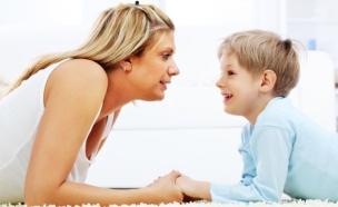 ילד מדבר עם אמא שלו (צילום: istockphoto)