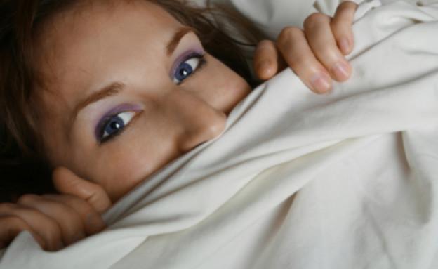 מתביישת במיטה (צילום: istockphoto)
