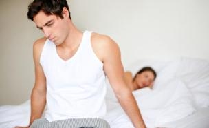 גבר מתוסכל במיטה (צילום: istockphoto)