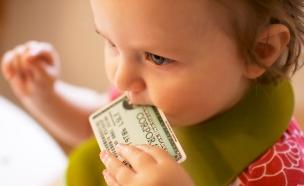 תינוק נוגס בכרטיס אשראי (צילום: מת'יו דינקל ,flickr)