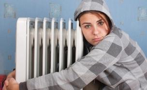 נערה מחבקת רדיאטור (צילום: צילום מסך ,מעריב לנוער)