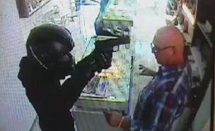 בלעדי: שוד באקדחים שלופים (צילום: מצלמת אבטחה)