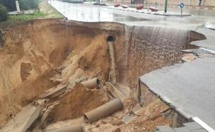 בור נפער בכביש באשקלון (צילום: חדשות 2)