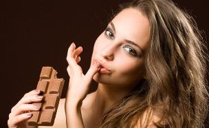 טועמת שוקולד (צילום: shutterstock ,מעריב לנוער)